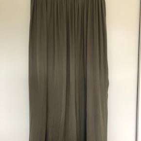 Super fin nederdel. Sælges da jeg desværre ikke får den brugt nok. BYD gerne hvis du har en anden pris i tankerne.