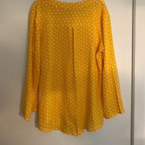 Brugt max et par gange så som ny Str L Gul bluse med hvide prikker 🌸Ved køb for mindst 50 kr af dameitems må du i dag tage items med for op til 25 kr🌸
