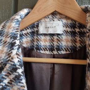 Super flot, smart og meget anvendelig frakke til foråret, da den er varm men samtidig ganske let. Helt ny, kun brugt et par gange.