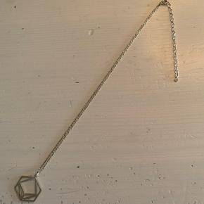 Super smuk halskæde som næsten ikke er blevet brugt- antallet kan tælles på en hånd! Den er naturligvis blevet renset og rengjort i smykkerens.  Kæden er 40 cm lang, men kan indstilles i de ekstra 8 cm.