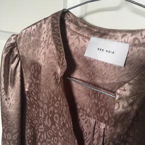 Lækker helt ny Neo noir bluse. Brugt en gang, hvor to af knapperne ved ærmet faldt af. Det er ikke noget man lægger mærke til, hvis ikke man ved det(se billede) - Derfor prisen