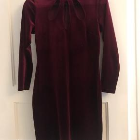 Mørkerød velour kjole, brugt 1 gang og fejler intet. Nypris var 300kr og den er købt hos American Dream. Kom gerne med bud, køber betaler fragt hvis det skal sendes.