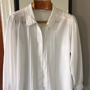 Fineste vintage skjorte med broderier. Der står 38/40 i den men den svarer nok til en reel 38.   Køber betaler Porto.