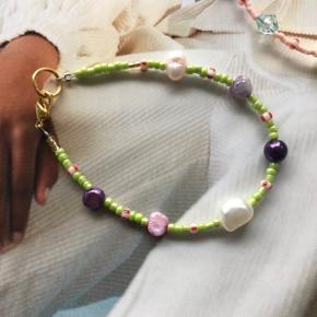 perle armbånd  6 🐚 ferskvandsperler  Grønne og lilla perler  Mål: 16,3 cm (kan justeres til 18 cm) Lås: Forgyldt sterlingsølv (26kr i indkøb)  Prisen er inkl Porto med postnord   #trendsalesfund Se mine andre annoncer med smykker