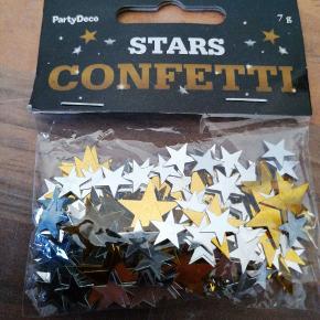 Bordpyndt konfetti, stjerner, guld og sølv mettalic. 7 g i hver pose, 5 kr pr pose, 3 for 10 kr. Har 10 poser ialt. Sender plus porto
