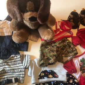 """Build a Bear Hund, der siger """"vov"""", når man trykker den på den ene pote og hjertet banker, når man trykker den på brystet. Derudover 4 sæt tøj, regntøj og sko.  Prisidé dkk 125,00 - kom gerne med et seriøst bud :-)"""