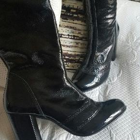 Smukke lak støvler i 60'er stil. Helt nye og portugisisk produceret. Er mærket som str 39 men er i realiteten 38, da de er små i størrelse. Sælges da jeg ikke kan passe dem.