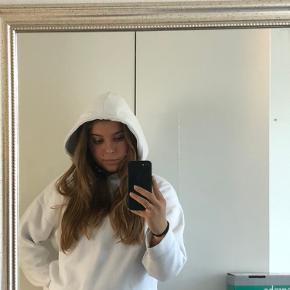 Sælger denne hvide hoodie fra Zara. Der er ingen tegn på slid:)