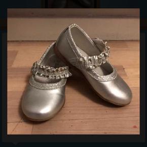 Sølv sko med gummisål brugt få gange indenfor .. så rigtig fine stand . 85 kr  Hentes i Ørestad eller sendes på købers regning