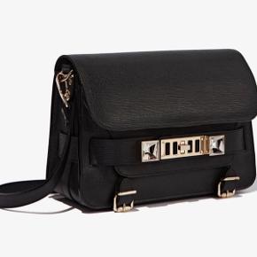 """Super smuk Proenza Schoulder taske i modellen PS11 Classic (stor model). Helt sort og """"textured"""" kalvelæder. I flot stand, men prisen er sat efter, at den er brugt.   Kan beses og afhentes på Frederiksberg 😊"""