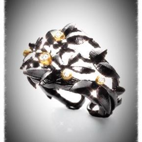 Varetype: Guldring Størrelse: 54 Farve:guld  Har byttet mig til denne smukke ring i sort (brændt ) guld, ikke oxyderet sølv,her på ts.  Vil dog hellere have en guldring gerne blonde. Str 53. Ell den smukke halskæde på billede 3 .Så denne sælges ell byttes. Nypris kr 26.900 Slå til 11000pp