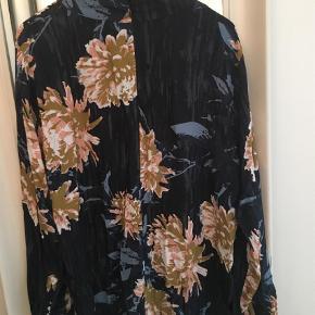 Bluse med høj hals i løst fit, 100% viscose Haft den på i 3 timer til en reception  Bluse Farve: Blå Oprindelig købspris: 800 kr.