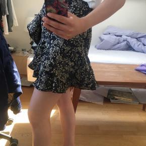 Smuk mønstret nederdel med lynlås i siden fra Zara i en str. XS 🌼 Den er brugt 1-2 gange og er derfor i meget fin stand 💫