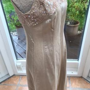 Flot kjole med palietter og blinde. Kjolen har skjult lynlås langs den ene side