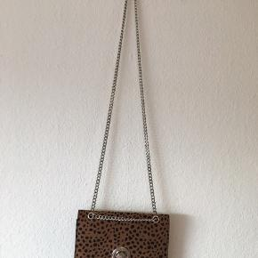 ❗️FINAL SALE ❗️Closing shop in June 2020  Bershka brown bag Silver chain Never used 🐻  62 kr incl. fragt 💫