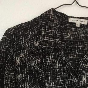 Flot og let bluse Der står xl i . Er lidt lille i størrelsen  Bluse Farve: Sort / hvid Oprindelig købspris: 799 kr.