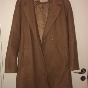Jeg sælger denne flotte brune/beige frakke fra VILA, da jeg ikke får den brugt. Den er lavet af blandet materiale, bla. Uld. Den er et par år gammel, men den fejler intet. Den er i str. 36, og man kan sagtens have en striktrøje under. BYD