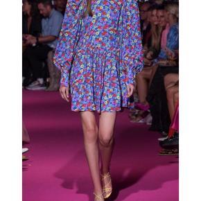 Overvejer at sælge min skønne Alison kjole fra ROTATE, såfremt det rette bud kommer  Den er kun blevet brugt ved én kort lejlighed...  fejler intet ☺️👌🏻