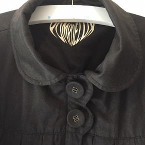 """Rigtig fin sort jakke med læg foran og bag, lukkes med gennemgående lynlås og to knapper foran. Skrålommer og plads til """"mobil"""" i inderlomme"""