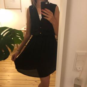 Fin sort kjole med elastik i taljen og knapper foran fitter xs og small