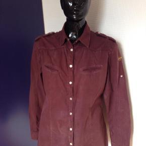 Varetype: Langærmet Farve: Bordeaux Prisen angivet er inklusiv forsendelse.  Dejlig skjorte med fine detaljer. Længde 70 cm, brystsiden: 50