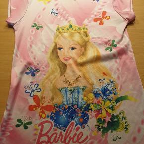 Sød natkjole med Barbie. Er gået lidt op i syning. Se billede 2.