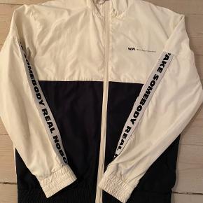 Fin Wood Wood jakke. Str small creme og sort. Ingen slid huller eller pletter