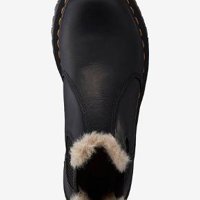 Overvejer at sælge disse fine Dr. Martens Leonore støvler. Det er en støvle med varmende kunstpels. De er købt oktober sidste år, og er kun brugt for at blive gået til i ca en måned🌸 de er derfor ret nye og har fået imprægnering 3 gange, så er meget vedligeholdte   Prisen er fast