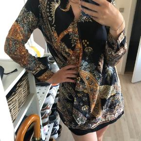 Super fin tunika fra Zara. Har en åben fold på midten, som er lukket når trøjen bæres. Så fin på! 🌸  Se også mine andre annoncer for mere fint og billigt tøj 💕