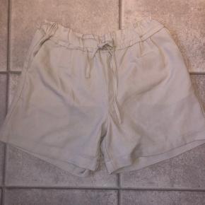 På alle mine tøj og sko kører jeg mængderabat!  3 for 2, 6 for 4 eller 8 for 5. (De billigste gratis) 💥  Helt nye shorts, aldrig brugt. Snoren fra prismærket sidder stadig på, men lappen er desværre røget af. De har en rigtig fin længde, især hvis man døjer med at få ømme lår om sommeren når de rammer hinanden.  Ny pris: ca 200 kr.  Farven: de er lyse, sandfarvede/grålige. Med lidt beige undertone.   De kan hentes ved min adresse på Amager ellers sender jeg også gerne med DAO gennem appen her, hvor køber betaler fragt 🌸📦