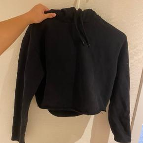 Cropped hoodie Kan ikke huske np  Flere billeder så skriv 120