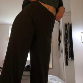 Lækreste og blødeste løse bukser fra vero Moda. Passer en s-m og går ca. til anklerne