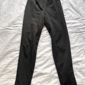 Jakkesæts lignede bukser i mørkegrå med elstik bagpå for oven