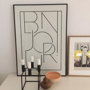 """Plakat fra H&M: """"BONJOUR"""" Sælges uden ramme.  Størrelse: 50 x 70 cm  Nypris: 130 kr Har hængt fremme i et par måneder Prisen er fast  Kan sendes"""
