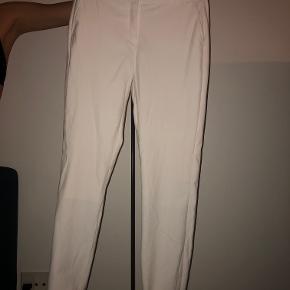 Flotte hvide habitbukser (gode til konfirmation) fra Karen by Simonsen. Bukserne er brugt en enkel gang og de var til konfirmation. De er næsten som nye og er i meget god stand.   Nypris 900kr