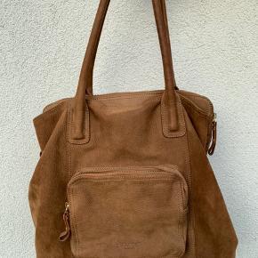 Flot taske i ruskind, næsten ikke brugt. Nypris 2000 kr.