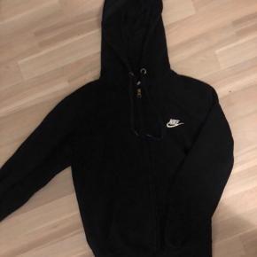 Lækker Nike hoodie med lynlås. Kun brugt få gange, fejler intet! Str. Small. Np: 900 Mp: kun 250 kr 🌸
