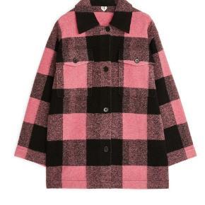 Skjorten/jakken er ret oversize, modellen har en str. 36 på.