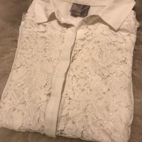 Super fin skjorte med blonder fra Vero Moda. Skjorten er blevet brugt en gang til en fødselsdag.
