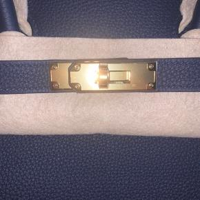 Ny Hermés Birkin 35 i Bleu Nuit Gold hardware Togo læder Kommer med box, dust bag, kvittering, regnslag Fra september 2019, Hermés i Hamborg Alt indpakning og beskyttelse intakt. Aldrig pakket ud! Kun seriøse henvendelser, tak:-)