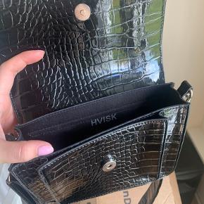 Sælger denne hvisk taske, har brugt den 1 gang.  Fremstår derfor som ny.