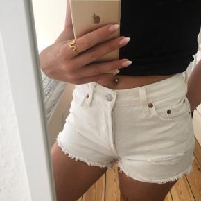 Super fine 501 shorts i hvid fra Levi's. Brugt 1 gang. Np var 450kr. Er W24, passer str xs.