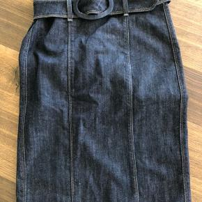 Smuk denim nederdel. Pencilskirt. Se også mine over 100 andre skønne annoncer 🙂