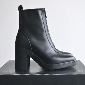 Super skønne sporty støvler med lækre detaljer. Har ikke været brugt mere end et par gange.