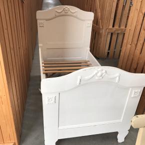 Smuk Retro børneseng med de fineste udskæringer.  Lamellerne sidder løse, men kan sagtens bruges.  Alm. slid i forhold til det er en gammel original seng. Mål: 150 cm i længden.  Mindste pris 400 kr.  Afhentes i Søften.