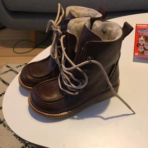 Angulus TEX-støvle med lynlås, piping-detaljer, uldfoer og snøre. Produceret i 100% skind og naturmaterialer. Aldrig brugt.. Normal pris 1049kr