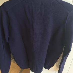 Varetype: Bluse Farve: Blå Oprindelig købspris: 1600 kr.  Flot mørkeblå Kenzo sweat-shirt men Kenzo mærke i samme farve på ryggen. Det er en str. XS men svarer mere til en str. 10-12 år.