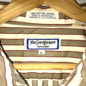 Legendarisk Yves Saint Laurent skjorte fra før huset blev ombygget til Saint Laurent Paris. Købt i butikken i Paris nogle år tilbage. Brugt enkelte gange omhyggeligt så er næsten som ny. Kostede 2.400kr