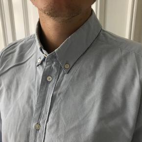 Fed skjorte fra Diesel sælges, da jeg desværre ikke får den brugt længere. Fede detaljer ved knapperne og kraven.  Kan afhentes på Frederiksberg, ellers betaler køber for porto og evt. TS-gebyr
