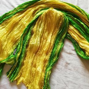 Smukke silketørklæder, (krølletørklæder)100 % silke.  Det grønne: 50x180 cm. Kr 75   Det sorte 25x180 cm. Kr 75  Begge tørklæder 130 kr.